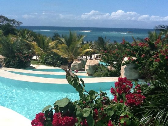 Swahili Beach Resort: Blick vom Pool zum Ozean
