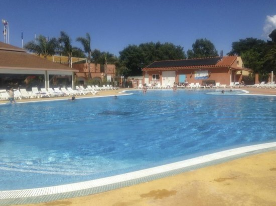 Camping Les Galets : The pool in May.