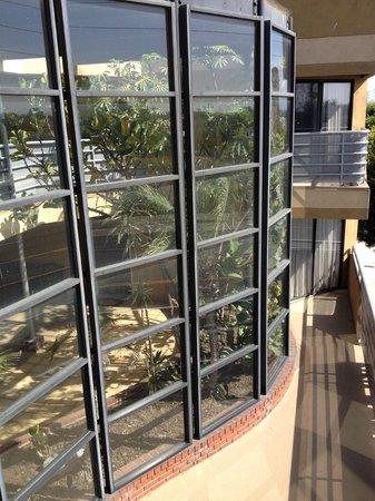 Gardena Terrace Inn: Outside view of Atrium from Room 301 Balcony