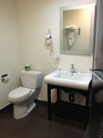 Gardena Terrace Inn: Bathroom of Room 301