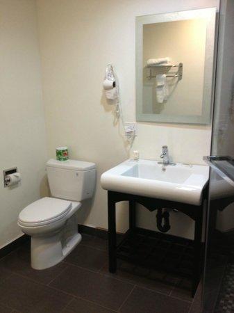 Gardena Terrace Inn: Bathroom of Room 301