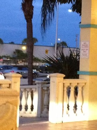 Universal Palms Hotel: See the yellow sign? Trains ALl night! Beware.