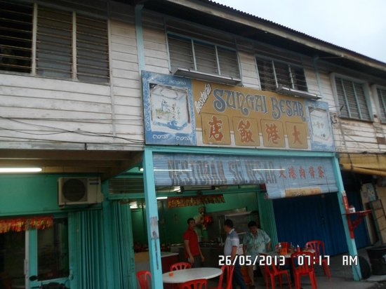 Ocean Hotel Sungai Besar: one of the two eatery shops selling pork ribs soup, near hotel