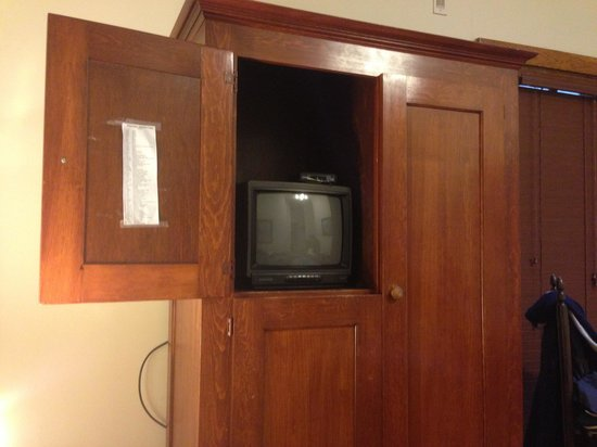 Gordon Beach Inn: Nice 8inch tv could barley see