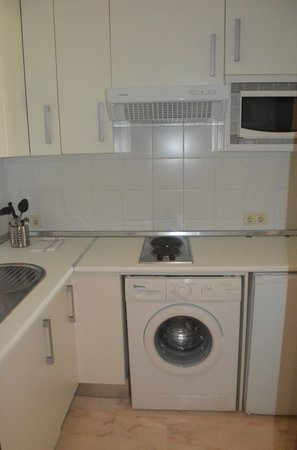 Bib-Rambla Apartamentos : Kitchen & Washer