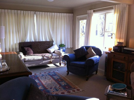 Riversong Bed & Breakfast: guess living room