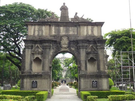 Universidad de Santo Tomás: The original UST archway from Intramuros