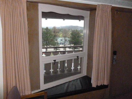 Twin Owls Motor Lodge: Old Timey Window Seat