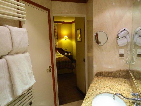 BEST WESTERN Premier L'Horset Opera: Badkamer richting kamer, met deur naar seperaat toilet