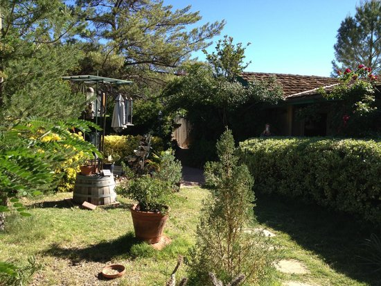 Rose Tree Inn: courtyard and inn