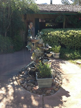 Rose Tree Inn: small fountain