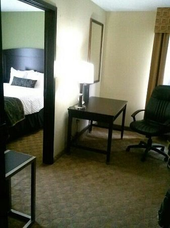 BEST WESTERN PLUS Addison Galleria Hotel: view of desk and off suite