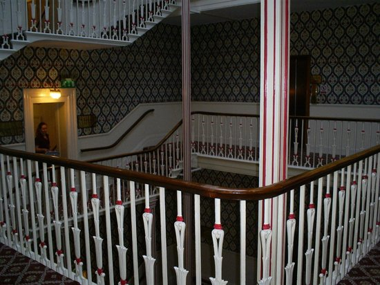 Queens Hotel Cheltenham MGallery by Sofitel: The beautiful staircase