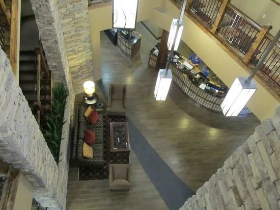 Best Western Premier Ivy Inn & Suites: Looking down into lobby from 3rd floor.