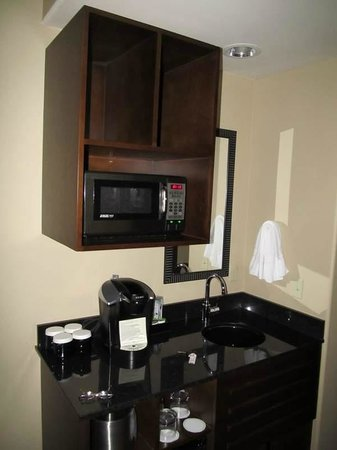Best Western Premier Ivy Inn & Suites: Our room had a coffee station, with sink.