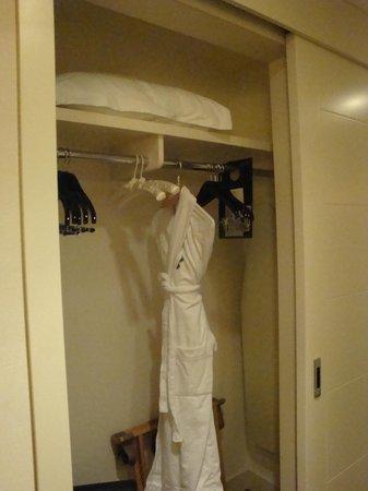 Kimpton EPIC Hotel: Standard closet