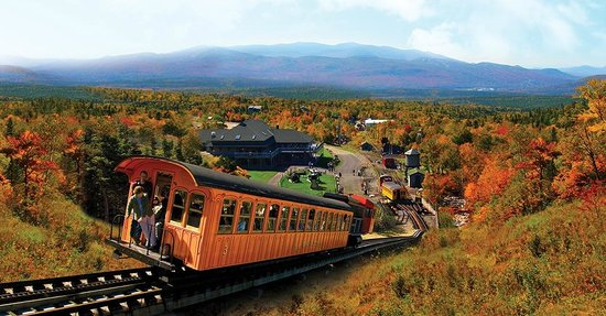 Bretton Woods, Nueva Hampshire: Cog Railway biodiesel climbs Mount Washington leaving  Marshfield Base Station behind in Fall