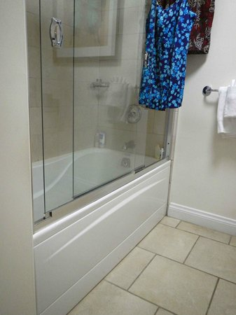 Alexandra Resort: Bathroom .... Tub is really high-my short legs it was hard to get into