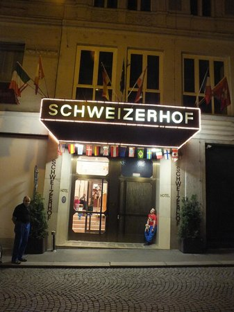 Hotel Schweizerhof : hotel at night