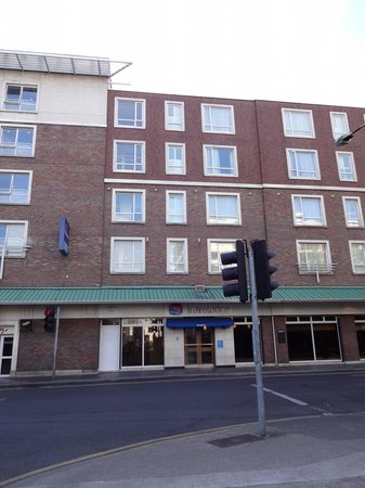 Travelodge Dublin City Centre, Stephens Green Hotel: Hotel front, opens directly on street, next to car park