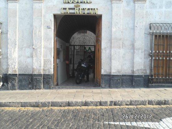 Hostal La Reyna: Esta es la puerta de entrada del Hostel