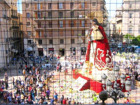 Basilica de la Virgen de los Desamparados: Статуя Богоматери, одетая в цветы в дни празднования