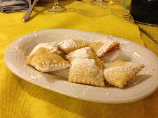 Villagrande Strisaili, Italien: Dolci fritti ripieni di ricotta e limone
