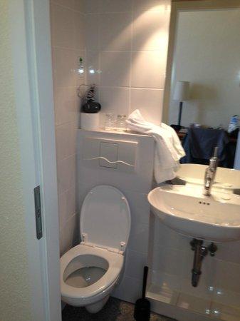 Hotel Kronprinz: Badly positioned toilet in too small en suite bathroom