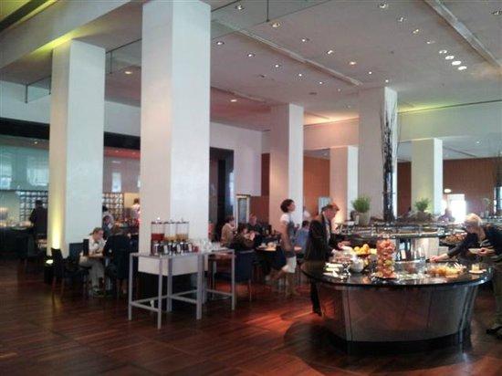 Hilton Copenhagen Airport: Atrium Dining area