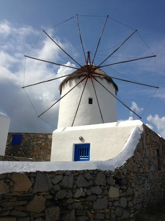 Mykonos Theoxenia: The famous Mykonos windmills in front of the hotel