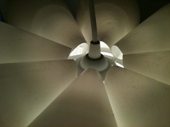 Richmond Studios : poussière sur lampe... ménage????