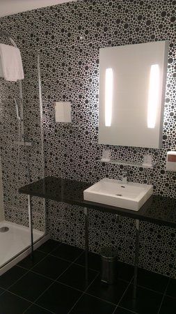 Quality Hôtel Centre del Mon : salle d'eau