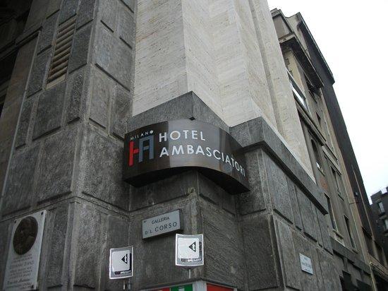 IH Hotels Milano Ambasciatori : insegna