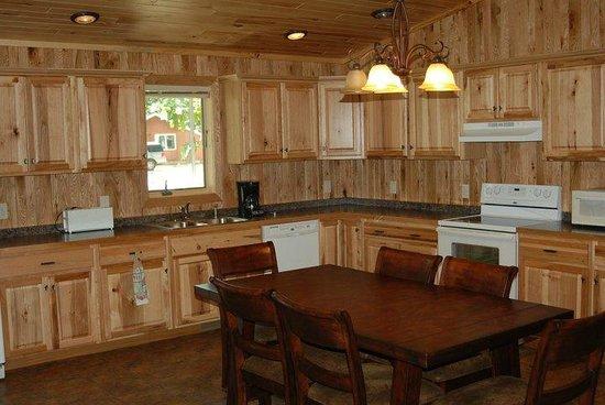 Hiawatha Beach Resort: Cabin 5 Kitchen