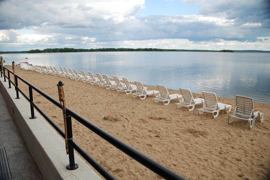 Hiawatha Beach Resort: Large Beach With Chaise Lounge Chairs