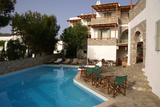 Yperia Hotel: Blick vom Balkon auf Pool und Meer