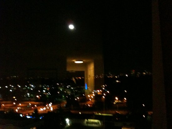 Delta Burnaby Hotel and Conference Center : Moonlight view of the city