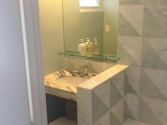Avalon Hotel Beverly Hills: Tiny bathroom