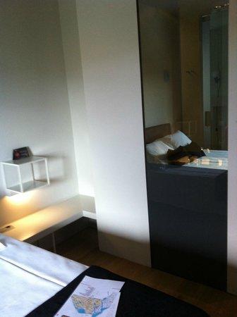 Hotel Blu Almansa: vista del cristal del baño desde la cama