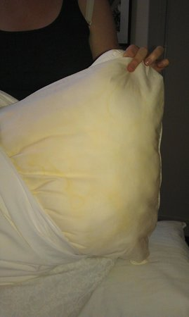 International House Hotel : Stained pillows