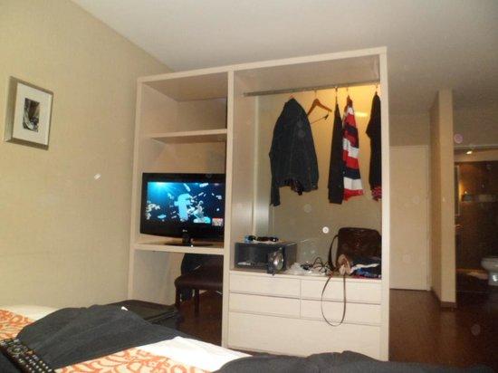 Fertilia Downtown Apartamentos: TV. Cofre, Cabideiro e Gaveteiros.