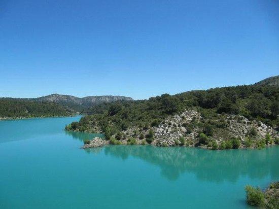 La Ferme : Einer der Stauseen im Gebirge direkt gegenüber