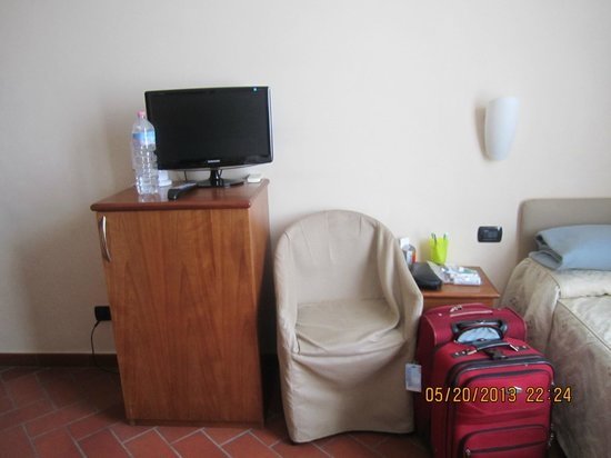 Hotel Caravaggio: TV, mini fridge and chair