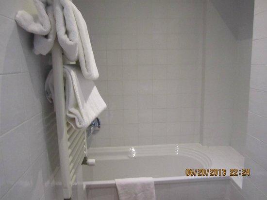 Hotel Caravaggio: Bathtub
