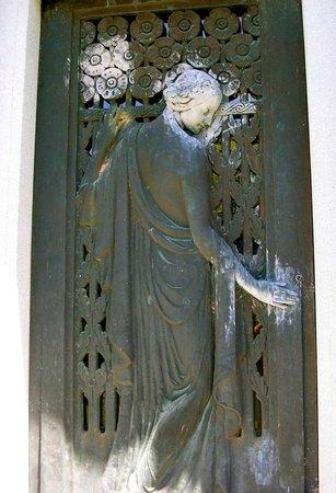 Riverside Cemetery : Entryway door to a mausoleum