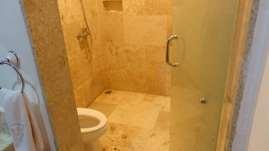 Legian Guest House: shower and toilet very clean andwater is filted