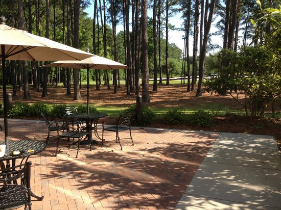 Wingate by Wyndham Charleston University Boulevard: Patio area off the breakfast area