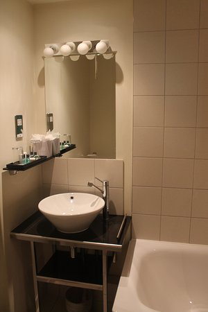 Grand Plaza Serviced Apartments: Bathroom