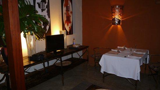 Dar Amane Guest Lodge: pièce principale avec le coin repas