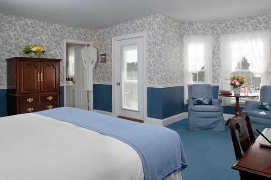 Black Point Inn Resort: King room with an ocean view.